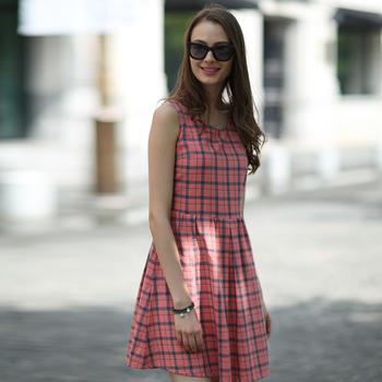 淡红格夏季无袖连衣裙